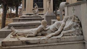 El misterio de la escultura de una madre y un bebé en un cementerio de Barcelona