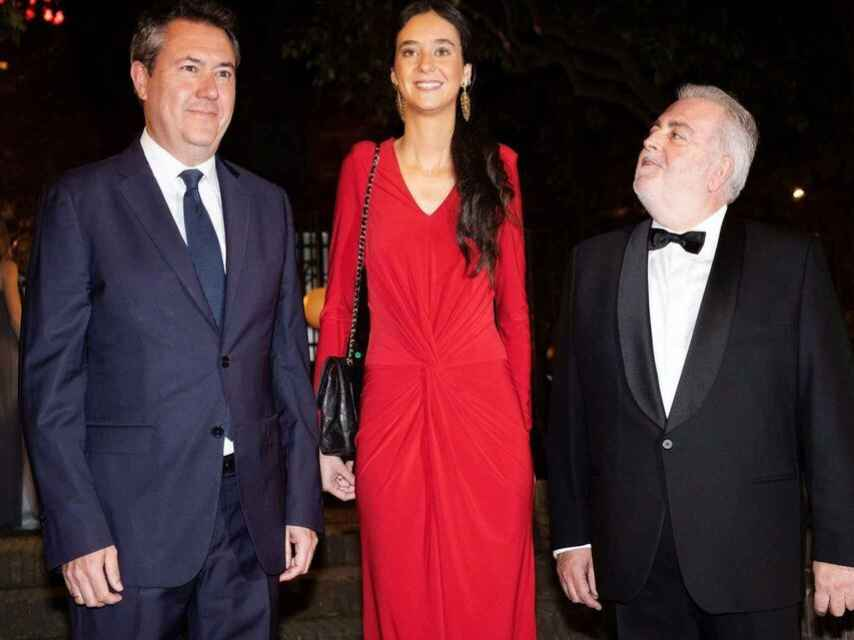 Victoria Federica con su bolso 2.55 de Chanel. A su izquierda el alcalde de Sevilla, Juan Espadas, y a su derecha el presidente del Real Club de Enganches de Andalucía, Jesús Contreras Ramos.