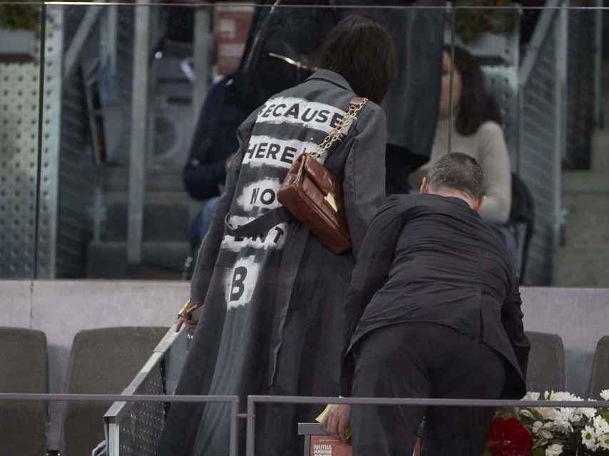 Victoria Federica con chaqueta de Ecoalf y bolso vintage de piel marrón.