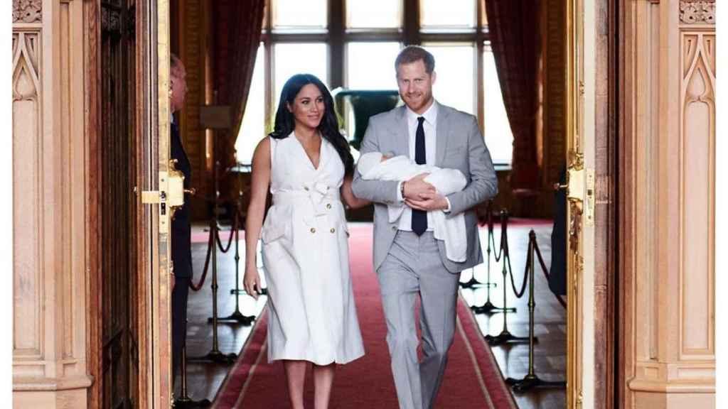 Meghan Markle y Harry junto a su bebé recién naciendo en Windsor.