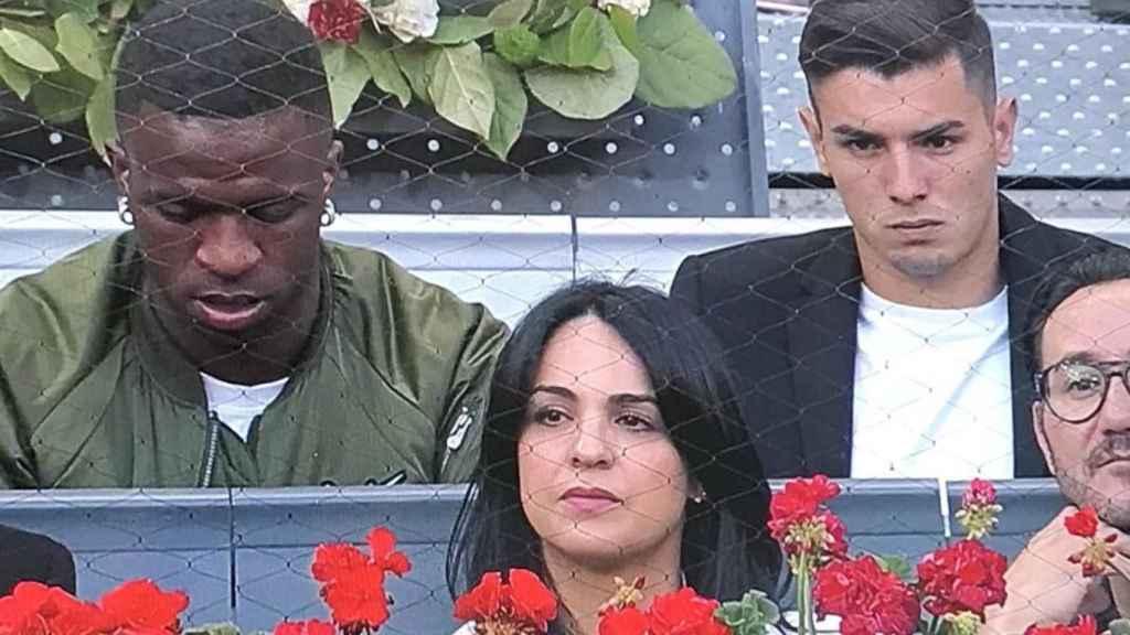 Vinicius y Brahim viendo a Nadal