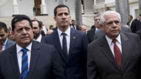 Zambrano, a la derecha de Juan Guaidó
