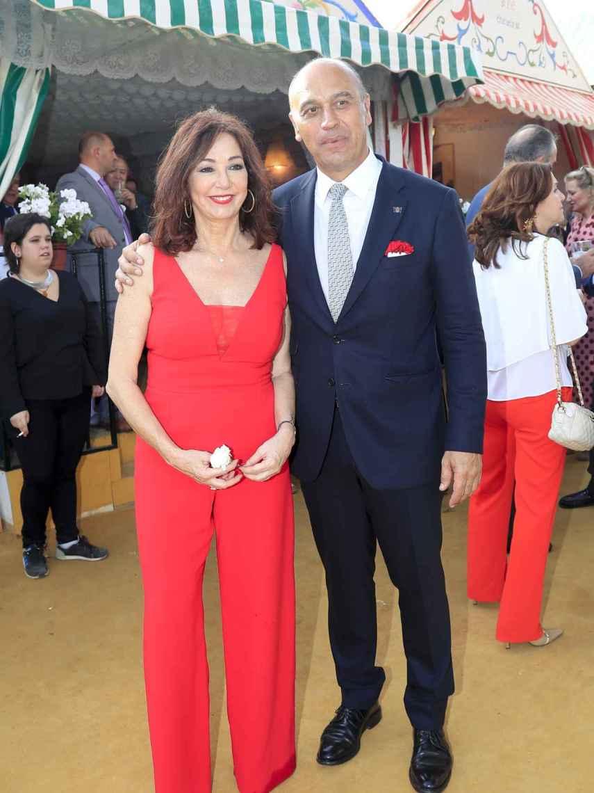 Ana Rosa Quintana y su marido, Juan Muñoz, han acudido a la Feria de Abril.