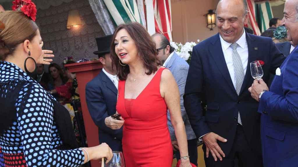 Ana Rosa Quintana se ha encontrado con algunos amigos en la Feria de Abril.