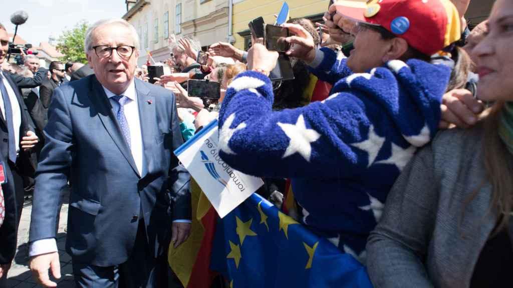 Juncker saluda a un grupo de ciudadanos durante la cumbre de Sibiu