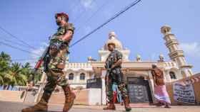 Militares hacen guardia a las puertas de una mezquita en Sri Lanka.