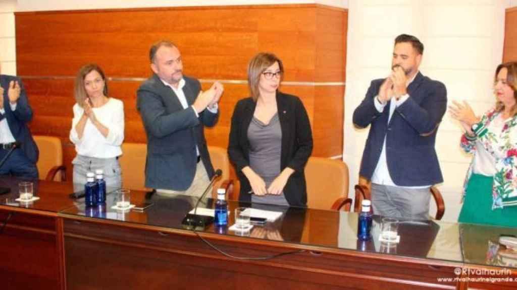 Los concejales aplauden a Teresa Sánchez (IU),  la nueva alcaldesa para dos semanas de Alhaurín el Grande (Málaga).