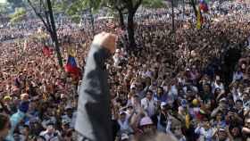 Miles de personas acompañan a Guaidó y a Leopoldo López en la insurrección contra el régimen chavista en Caracas