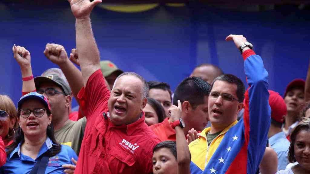 Diosdado Cabello y el ministro de Exteriores venezolano, Jorge Arreaza, saludan a seguidores chavistas en Caracas.