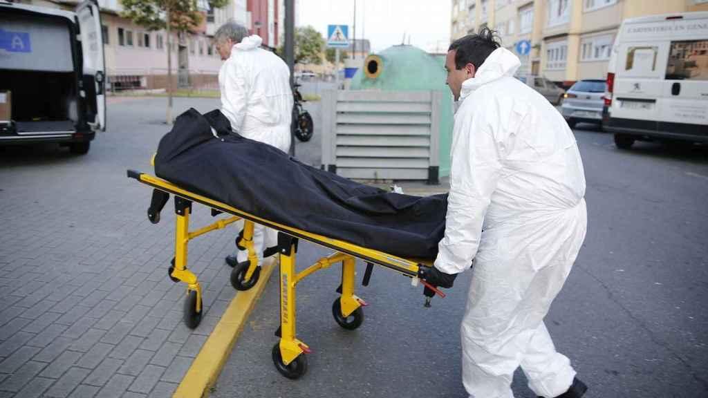 Traslado de un cadáver momificado por los servicios funerarios.