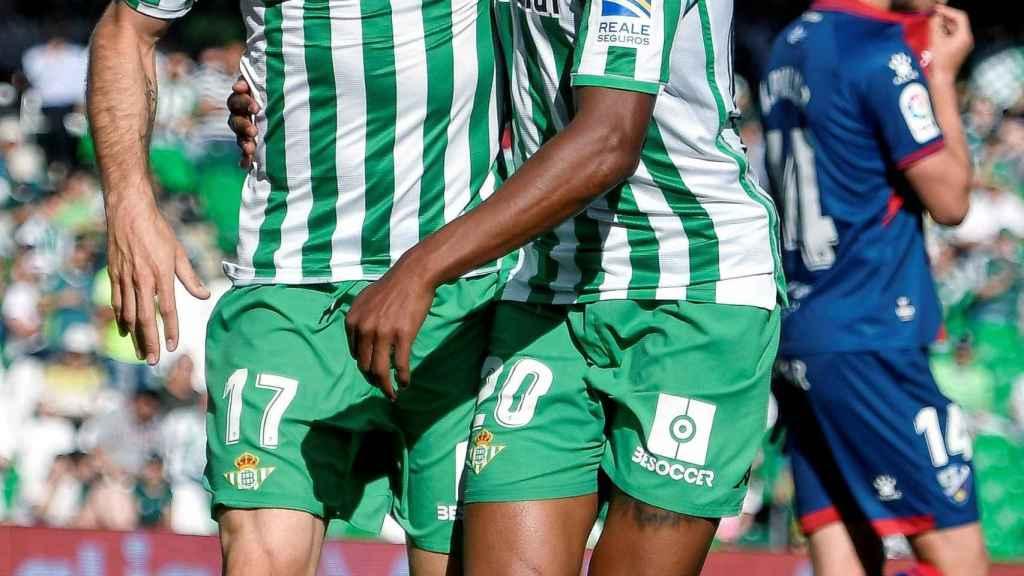 Joaquín celebra con Junior Firpo su gol al Huesca
