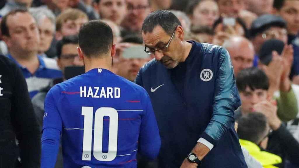 Maurizio Sarri habla con Eden Hazard