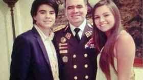 Mitchell y Yarazetd rodean a su padre, el general y ministro venezolano Vladimir Padrino López.