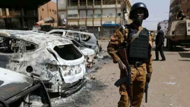 Un soldado en Burkina Faso, tras un atentado yihadista.