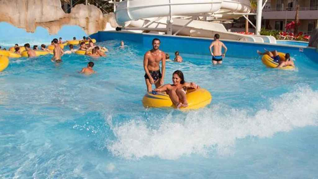 Imagen de la piscina de olas del establecimiento hotelero BH Mallorca