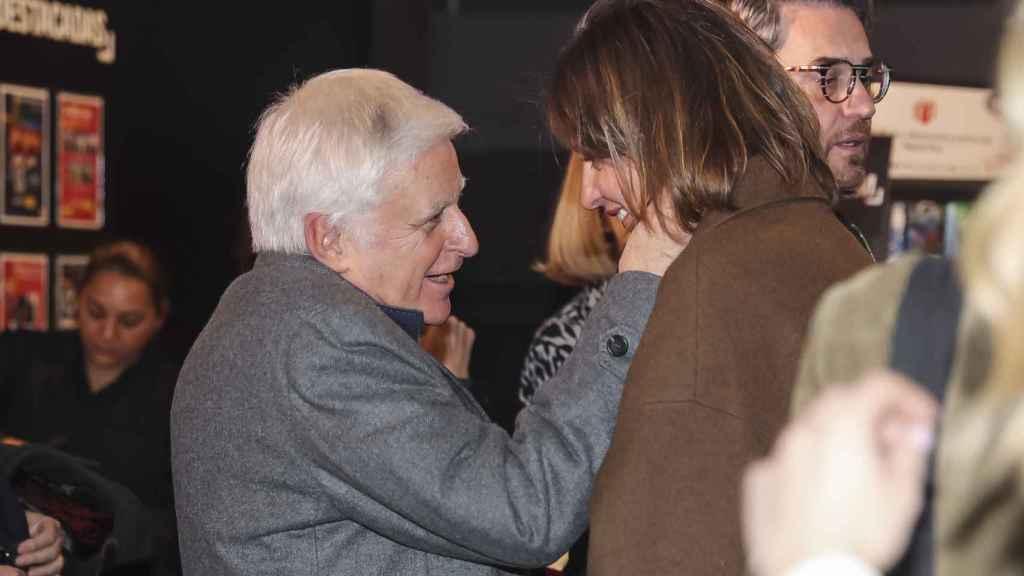Vasile saludando cariñosamente a Sandra Barneda.