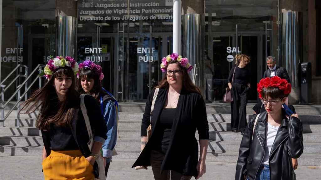 Femen, a las puertas de los juzgados en la mañana de este lunes.