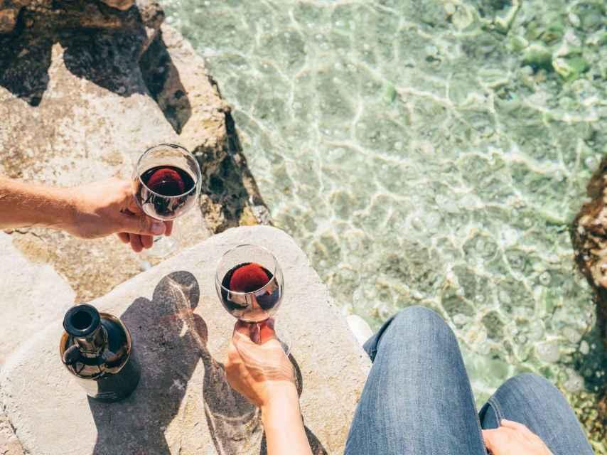 Un vino tinto a la orilla del mar, what else?