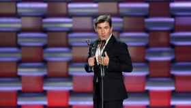 Antonio de la Torre sostiene el premio Platino a la mejor interpretación cinematográfica en la película El Reino.