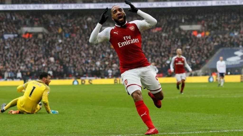 Lacazette durante un partido con el Arsenal.