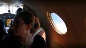 Mercedes, en un avión camino de Galicia para hacer su segundo examen de oposiciones.