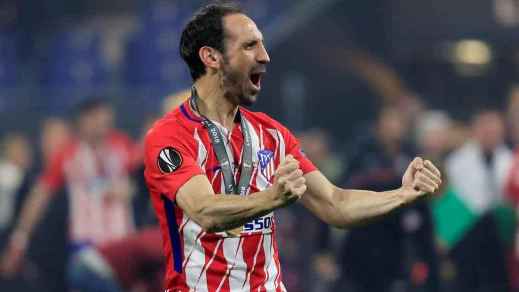 Juanfran celebrando un título con el Atlético de Madrid.