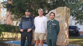 Frank Cuesta junto a agentes del Seprona en una foto colgada por él en Twitter