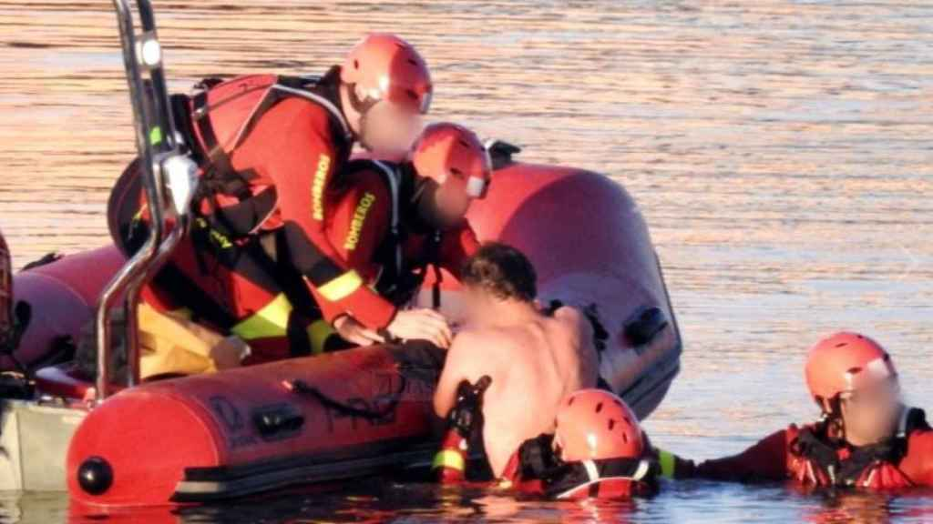 Momento en el que los bomberos rescatan al hombre que cayó al Guadiana