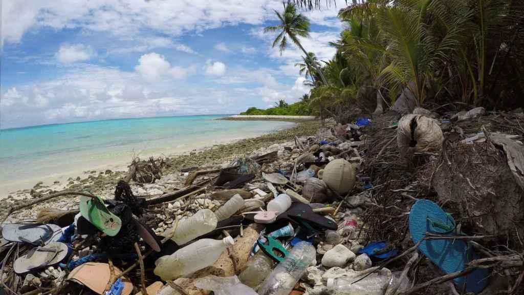 Acumulación de basura en la isla Dirección, una de las Islas Cocos
