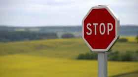 Señal de tráfico en una carretera.