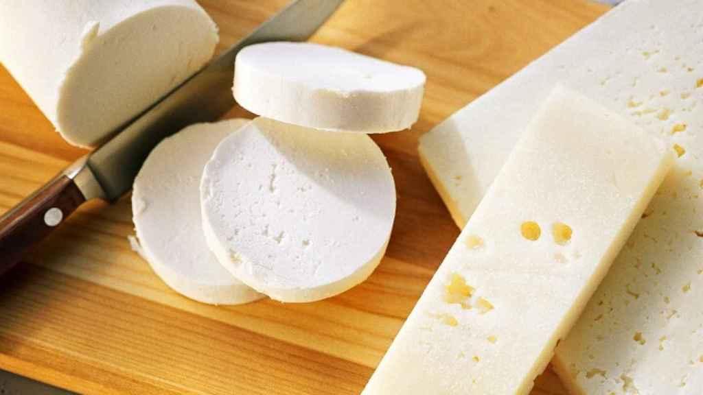 El producto afectado es un queso fresco de leche de cabra y vaca.