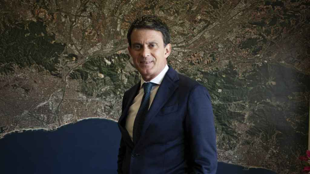 Manuel Valls, ante una foto aérea de Barcelona durante la campaña electoral de 2019.