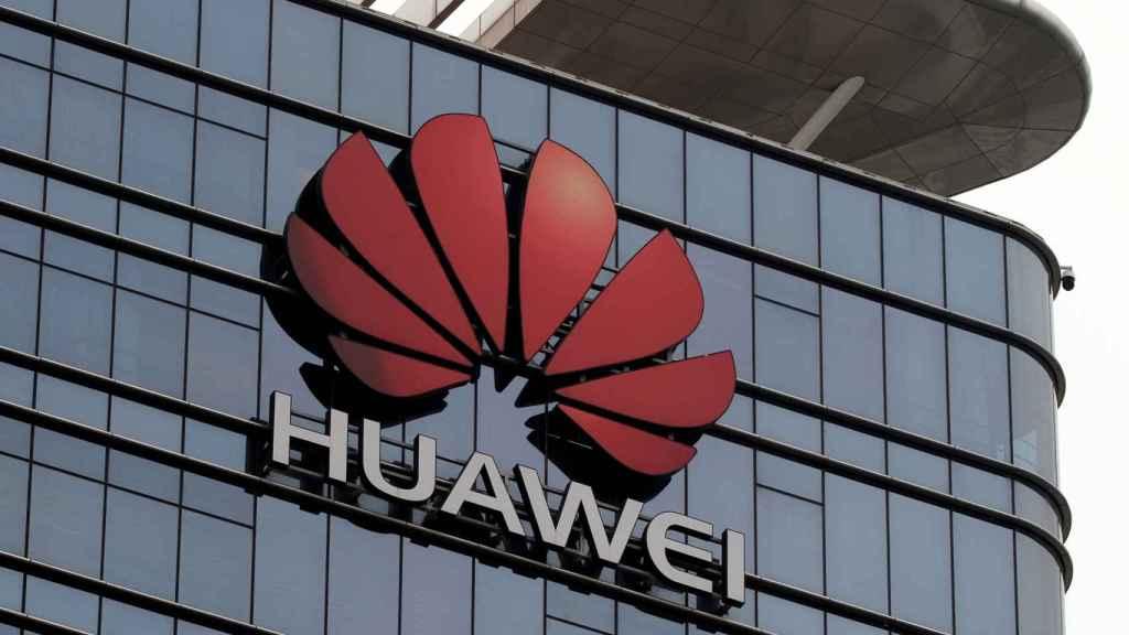 Logotipo de Huawei en una fábrica de la compañía en Dongguan, China.