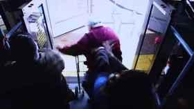 Una mujer mata a un anciano al empujarle de un autobús tras una discusión en Las Vegas