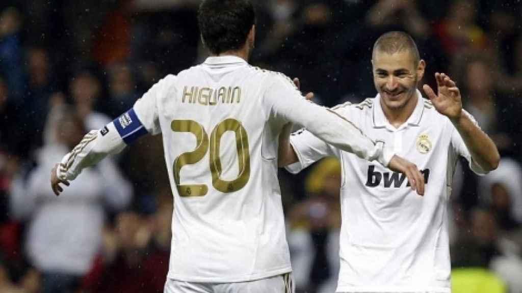 Higuaín y Benzema celebran un gol con el Real Madrid.