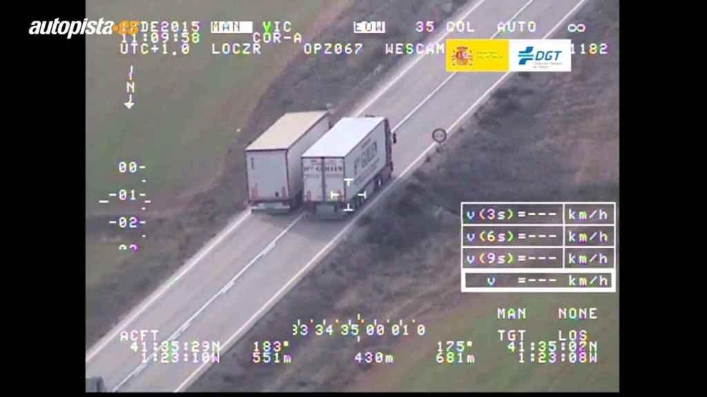 Un camión adelanta a otro 'pillado' por el Pegasus.