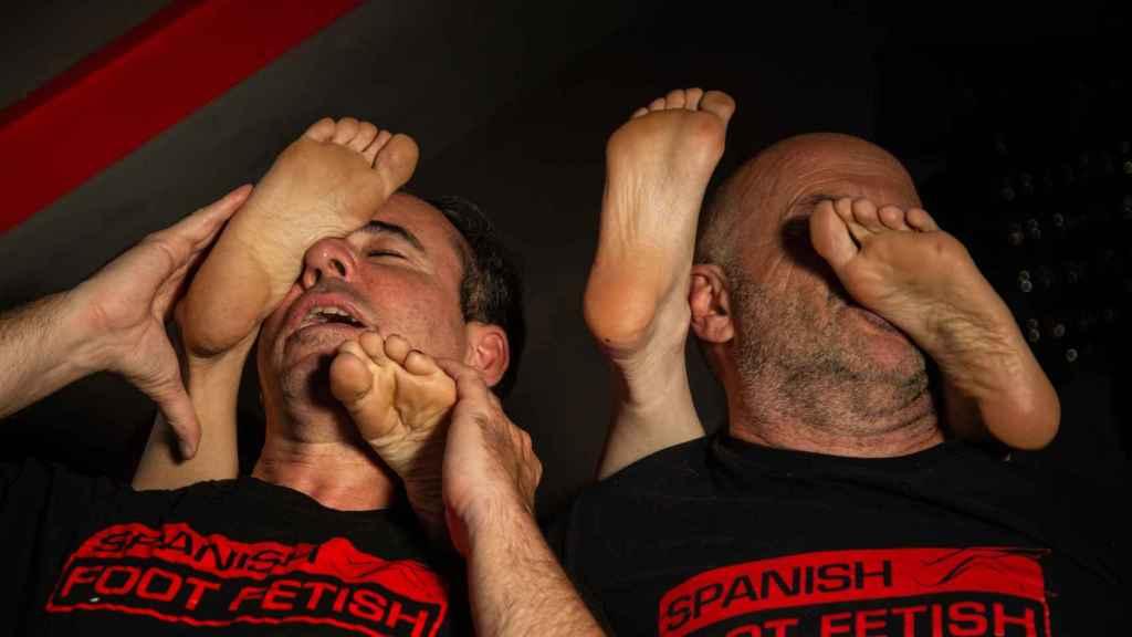 Dos fetichistas lamiendo los pies de dos chicas.