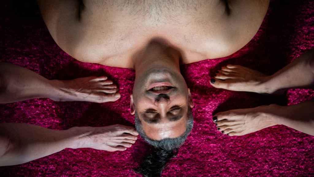 José, descansa sobre una alfombra, rodeado de pies femeninos.