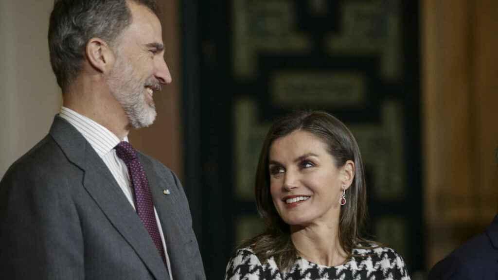 Felipe y Letizia, muy cómplices y sonrientes en uno de sus últimos actos públicos.
