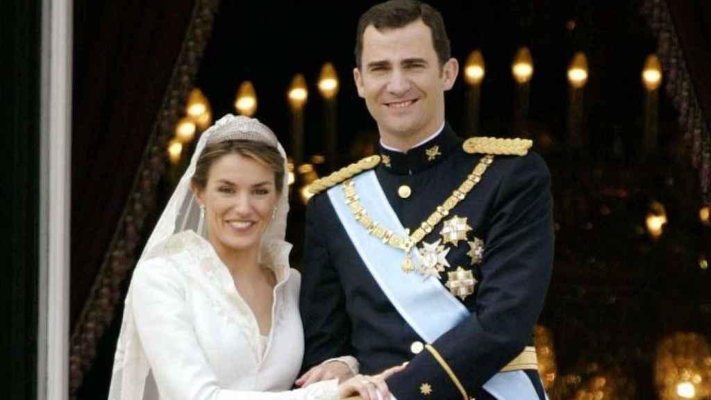 Letizia y Felipe desde el balcón del Palacio Real de Madrid tras su boda en la Almudena.