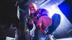 El rapero y político Buljo viste ropas tradicionales samis durante un concierto de rap