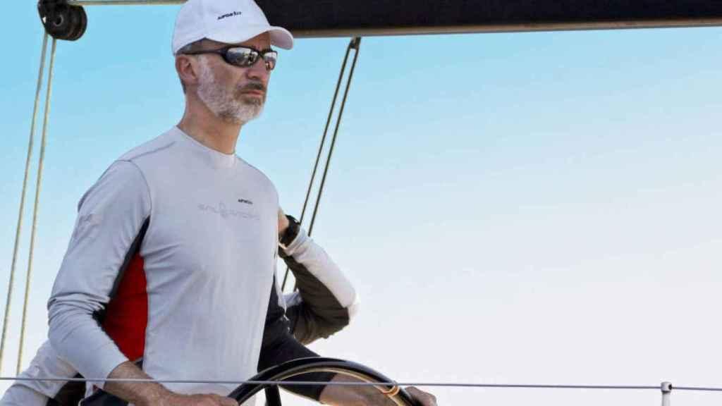 Felipe navega en sus vacaciones solo en Mallorca.