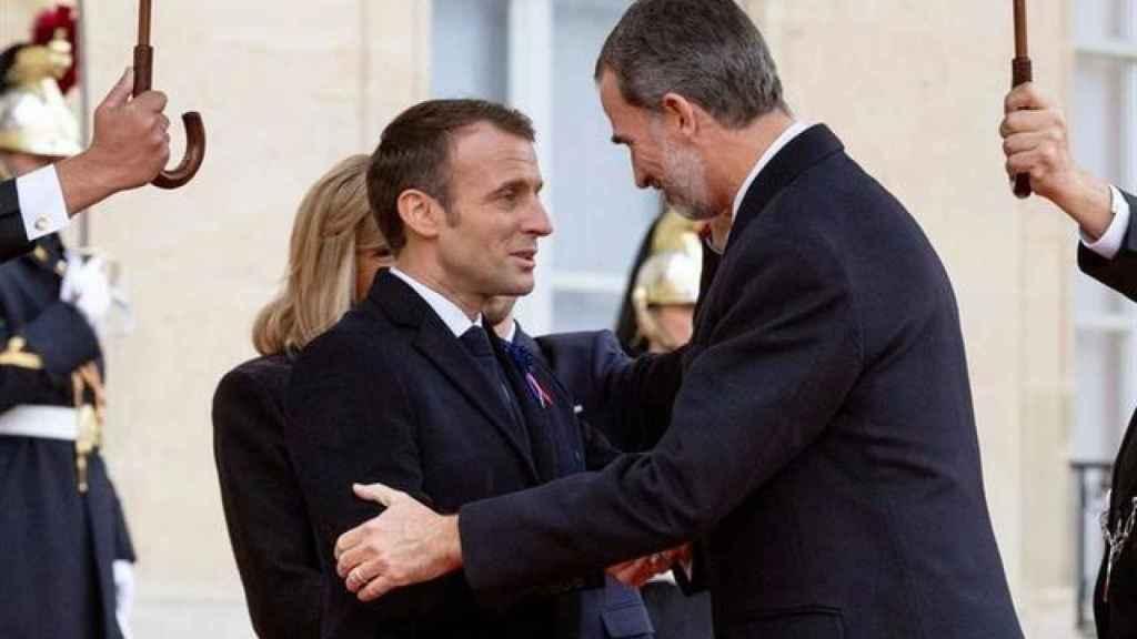 Felipe VI saluda a Emmanuel Macron en París para la conmemoración del centenario del fin de la I Guerra Mundial.