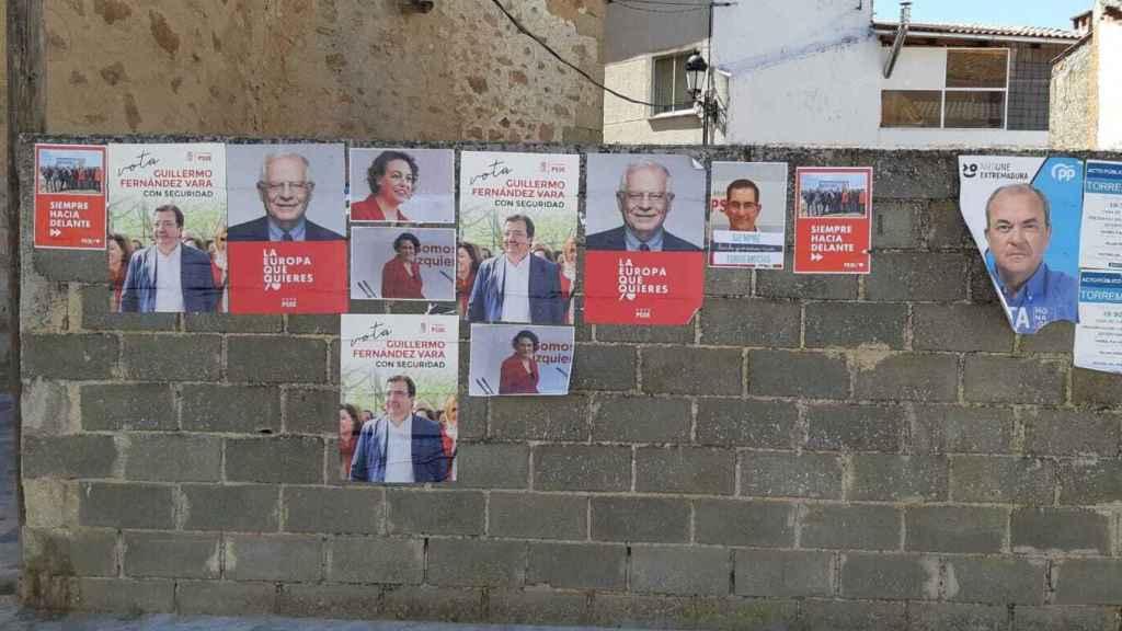 Carteles electorales en Torremocha, con el rostro de Valerio, pese a no presentarse a las próximas elecciones.