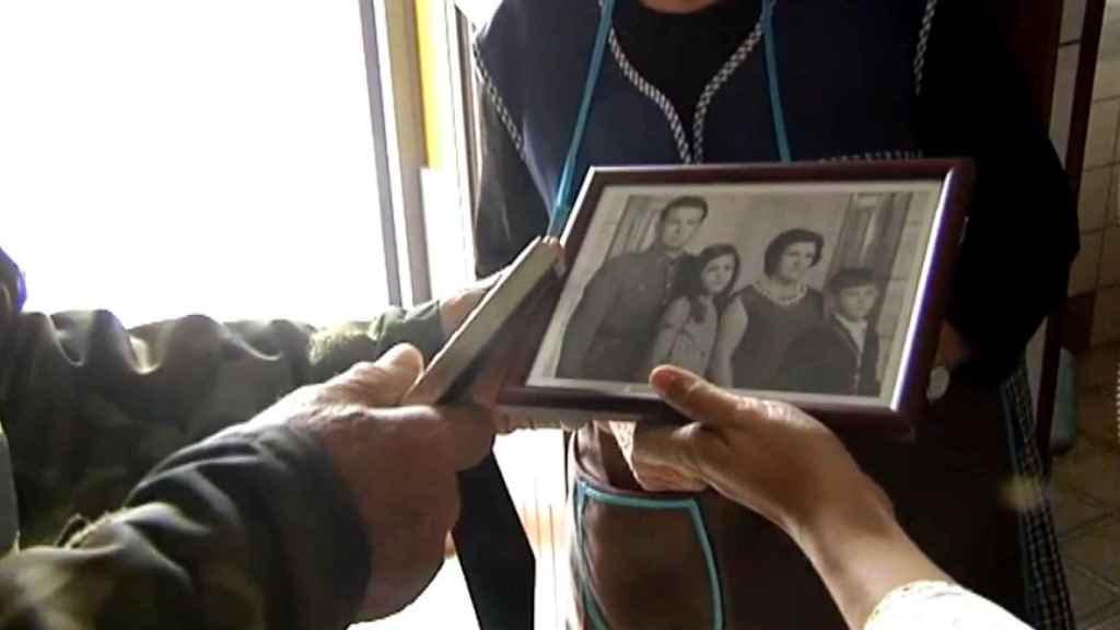 Juan Valerio, el padre de Magdalena, sujeta una fotografía con su hija.