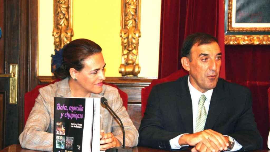 Magdalena Valerio, durante su etapa en Castilla-La Mancha, presentando el libro 'Bota, morcilla y chupinazo'.