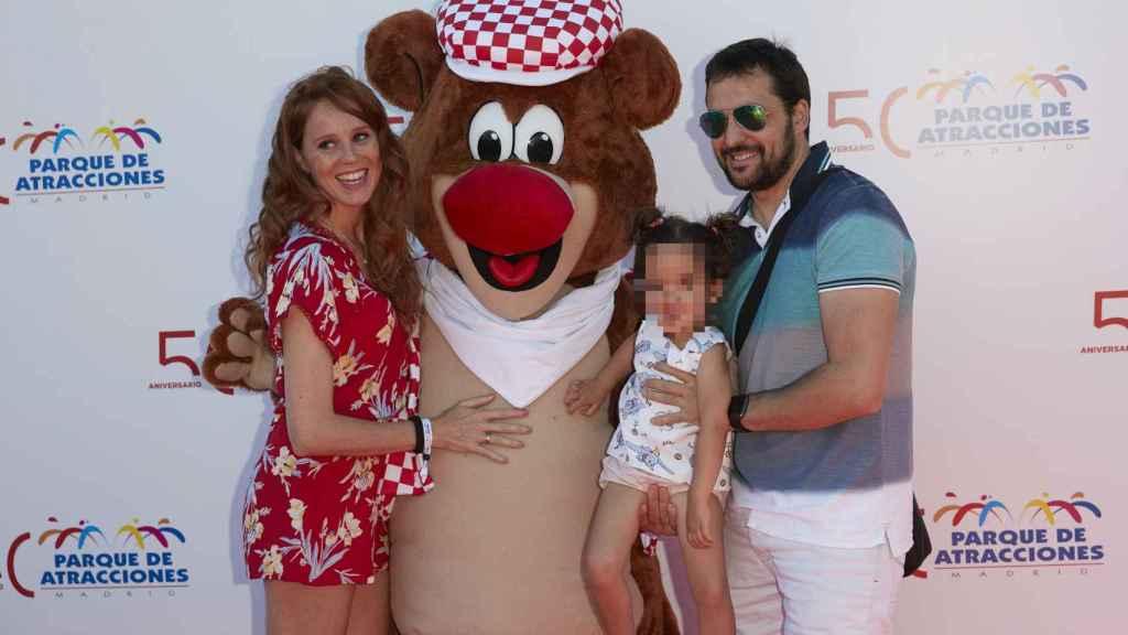María Castro, su marido José Manuel y su hija Maya en el Parque de Atracciones de Madrid.