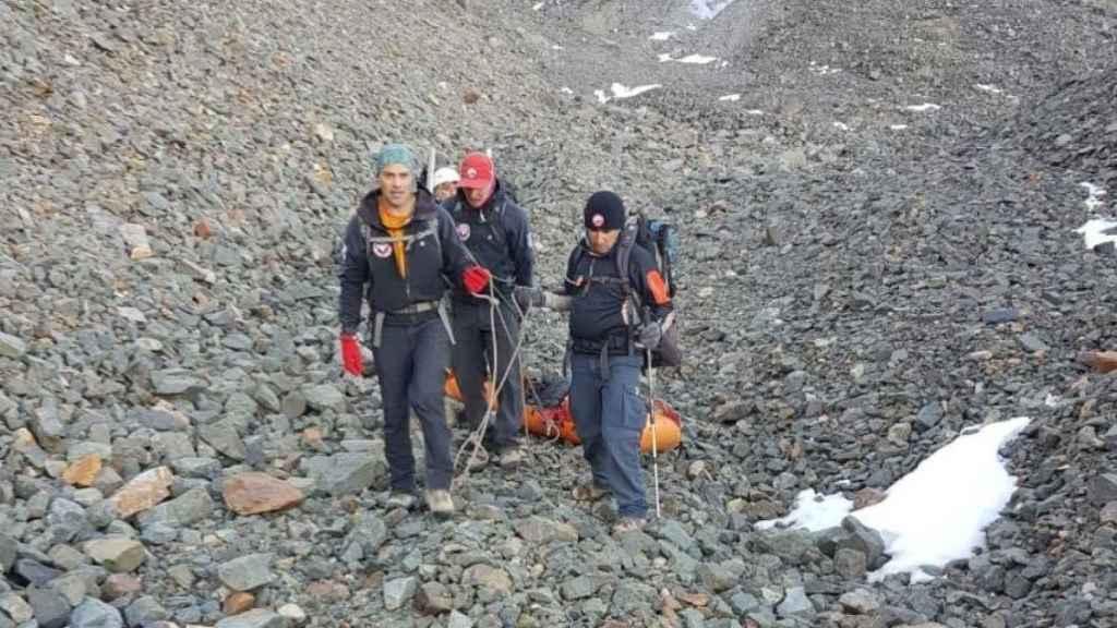 Los responsables del rescate del cuerpo en el Cerro Rincón.
