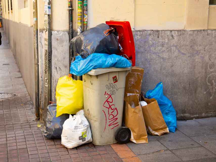 Los contenedores de basura se desbordan cada día en varios distritos de la ciudad.