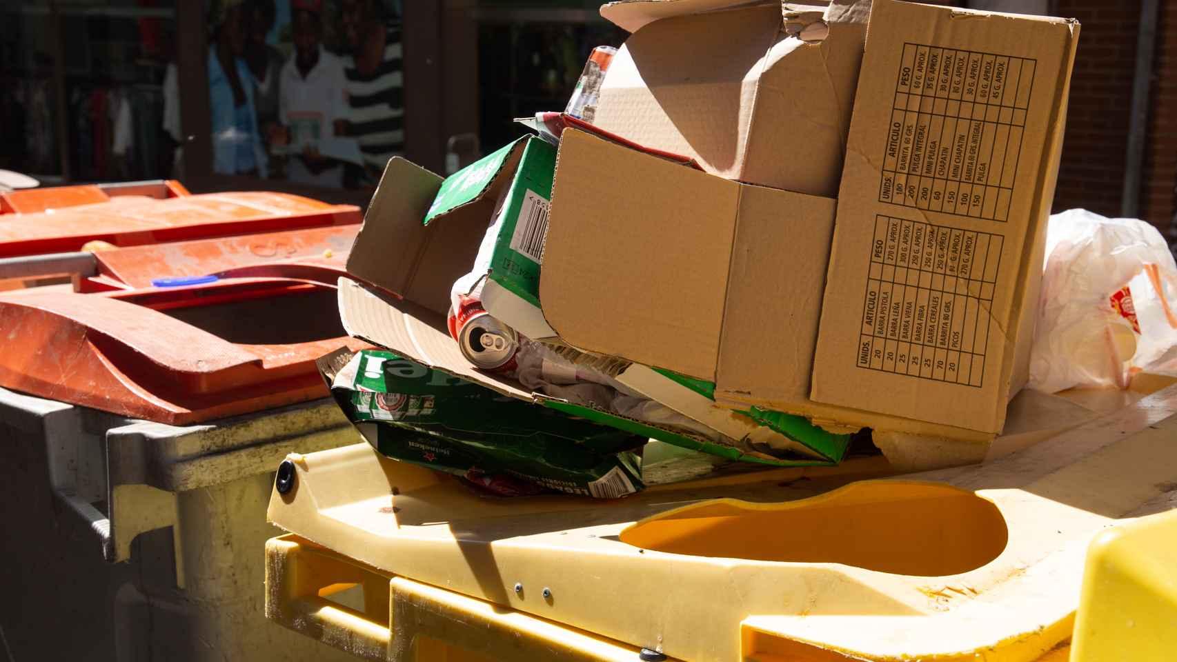Un contenedor desbordado en el distrito de Tetuán.